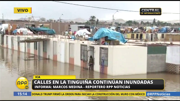 Las familias en La Tinguiña tuvieron que ir a los techos ante las inundaciones.
