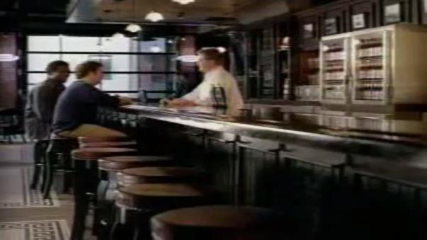 Bud Light (2006): Un joven intenta robar una cervera, pero todo sale mal.