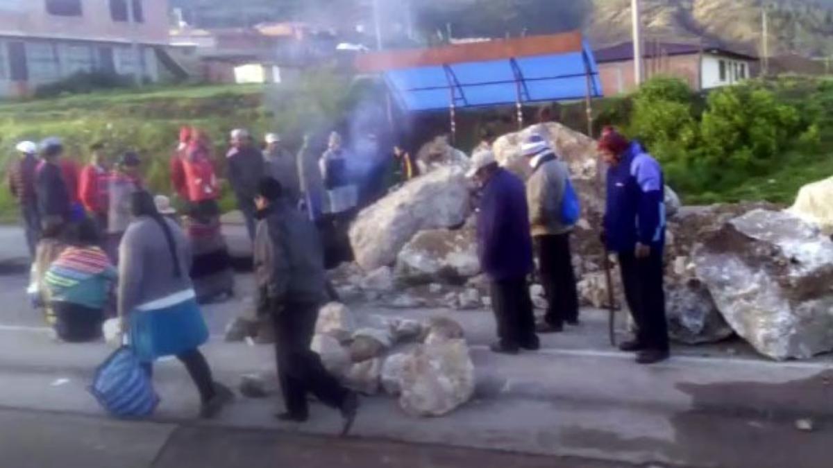 Manifestantes bloquearon la vía con grandes rocas y quema de llantas.
