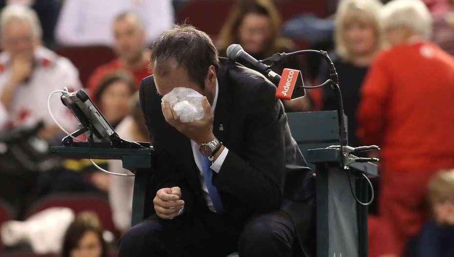 El tenista canadiense Denis Shapovalov le tiró un pelotazo en el ojo al juez y terminó siendo descalificado de la Copa Davis.