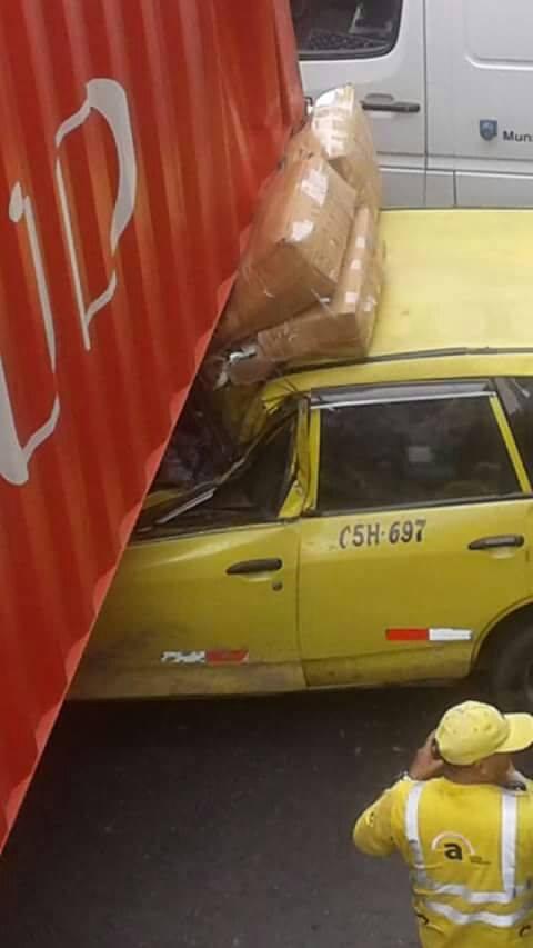 El lado del conductor del taxi fue la más dañada en el accidente.
