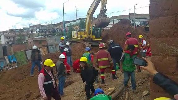 Cinco obreros fueron sepultados cuando realizaban trabajos en una zanja de siete metros.