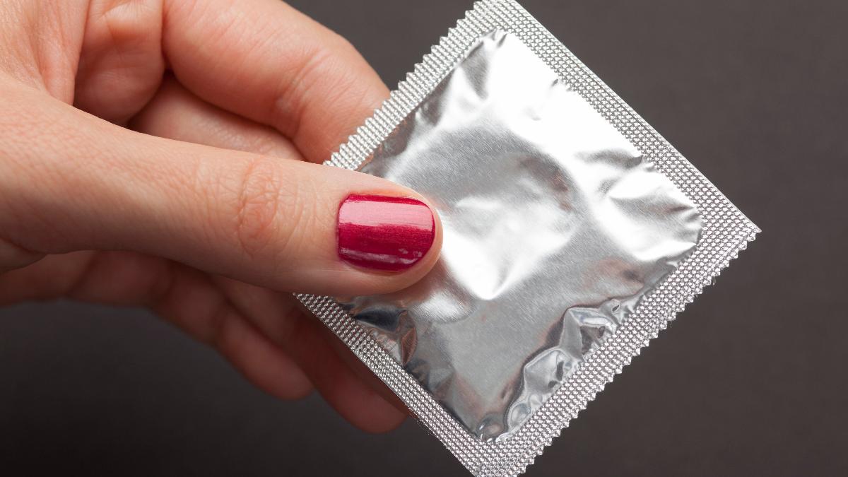 La barrera de protección que se forma con el preservativo es lo suficientemente impenetrable para evitar el contagio de ETS.