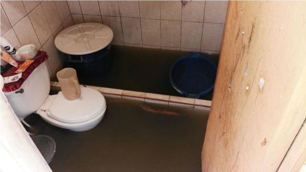 Una familia mostró cómo el desague ingresa a su vivienda desde hace tres días.