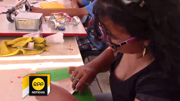Niños aprenden a elaborar réplicas del Señor de Sipán con latas de gaseosas.