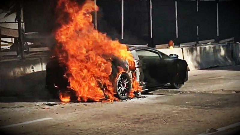 El incendio se produjo el sábado e impidió el tránsito por una concurrida calle de Miami por varios minutos.
