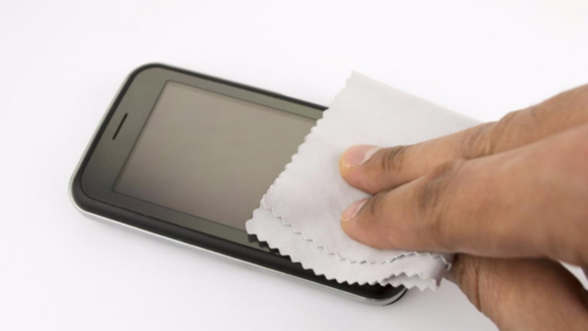 Las pantallas de los smartphones pueden albergar alrededor de 600 bacterias, 30 veces más que los que encontramos en la tapa de un inodoro.
