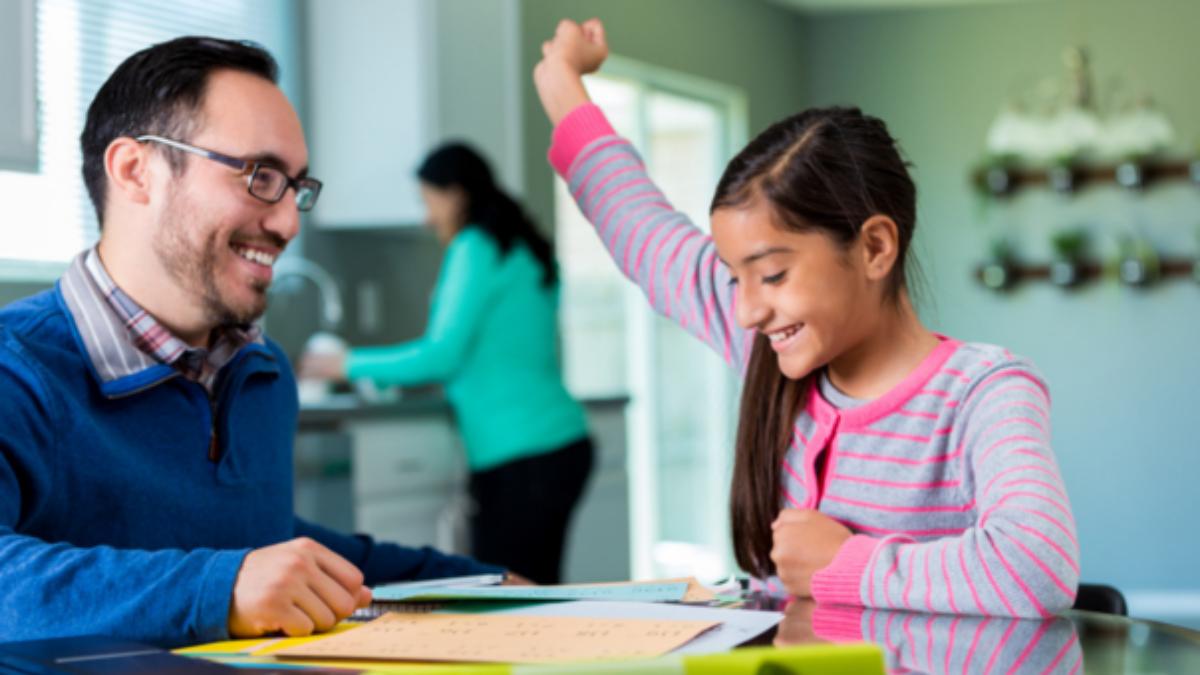 Padre e hijo deberían conversar anticipadamente sobre sus aspiraciones y las mejoras necesarias para tener un mejor año.