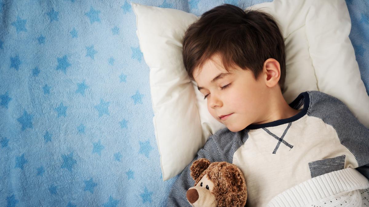 Un niño de entre 6 y 13 años necesita un promedio de 10 horas de sueño al día para rendir óptimamente en las clases.