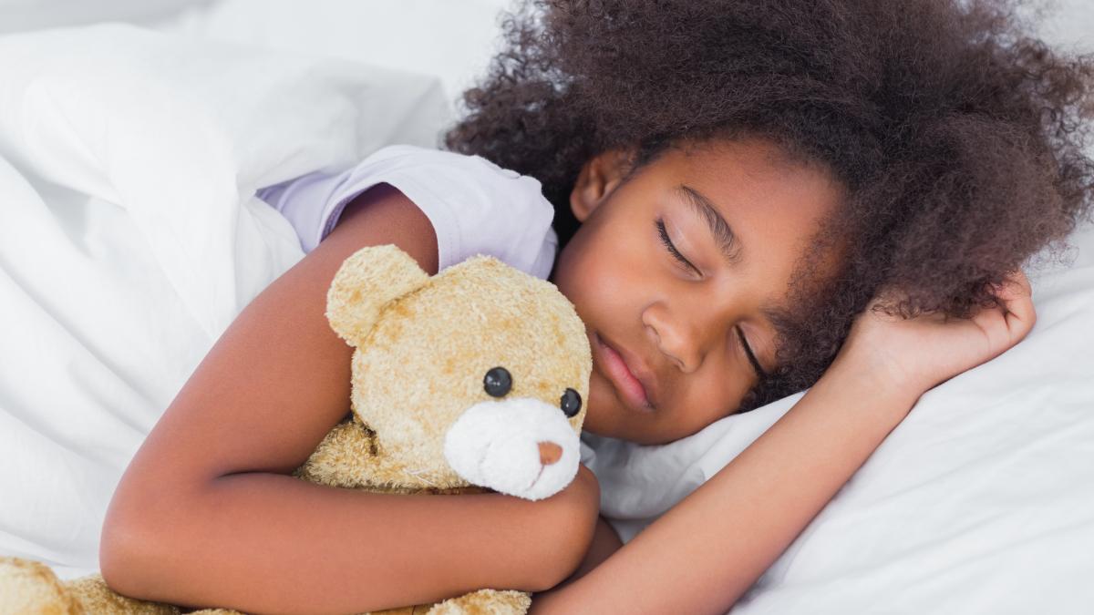 La cantidad de horas de sueño dependen también del estilo de vida de los niños y adolescentes: sus horarios de comida, actividades, nivel de estrés, etc.