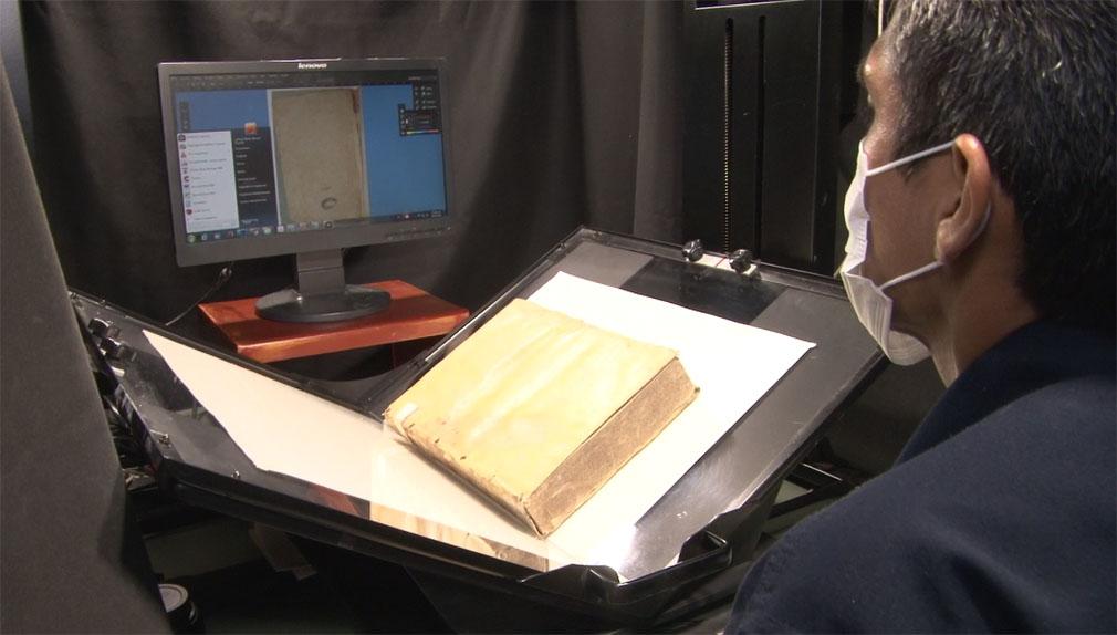 Así es el delicado y minucioso proceso para digitalizar un libro.