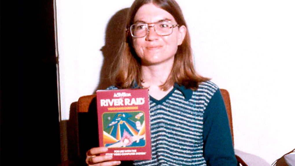 Shaw muestra orgullosa el juego River Raid.