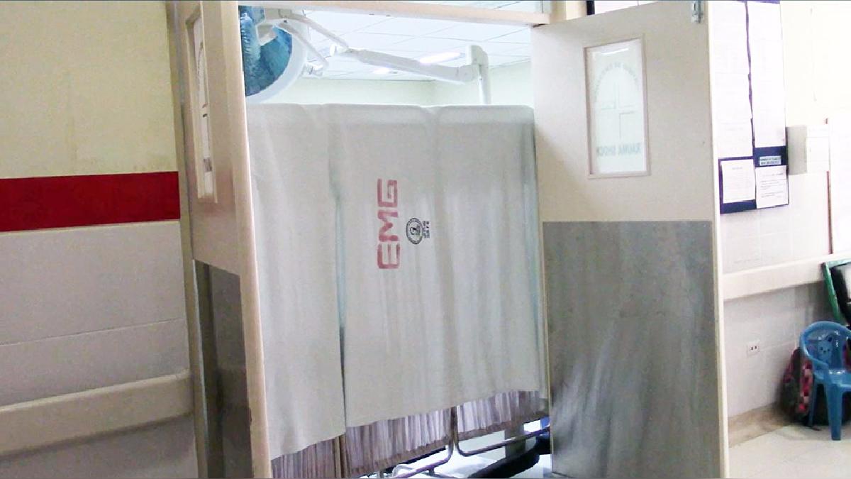 Los pacientes fueron atendidos en los pasadizos y aislados con biombos por el aniego.