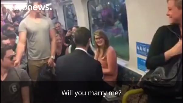 Los pasajeros felicitaron a la pareja por su compromiso.