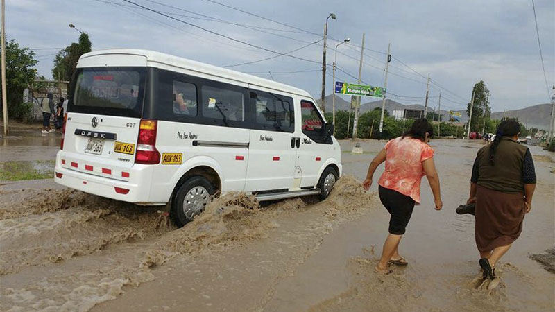 Los vehículos seguían su recorrido pese a la inundación.