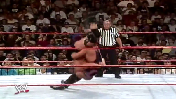 Owen Hart hace una mala ejecución del Piledriver a Steve Austin.