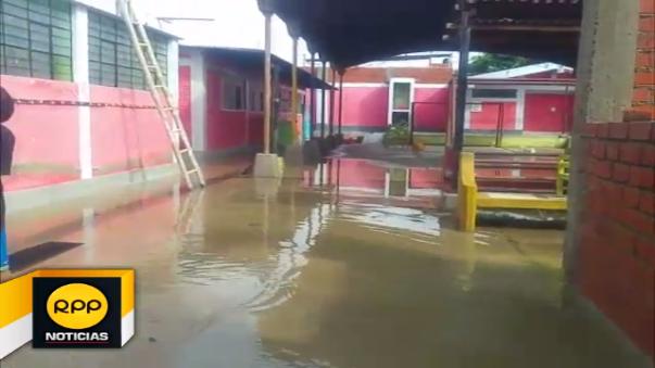 La directora del colegio exhortó a los padres de familia a acercarse para que ayuden en las labores de evacuación de aguas.