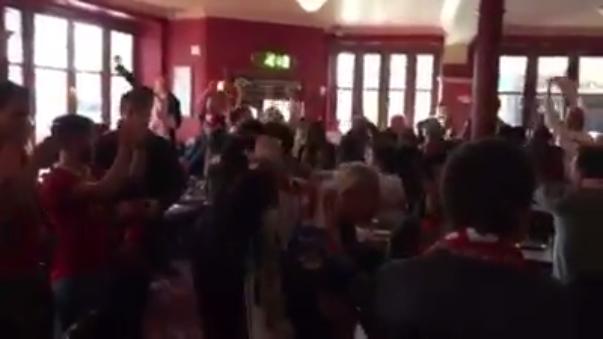 Sevilla publicó el video de sus hinchas eufóricos en el restaurante inglés.