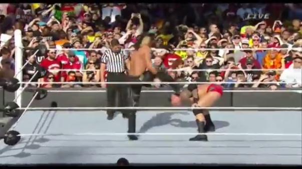 Randy Orton convierte un Curb Stomp en un RKO y termina la batalla.