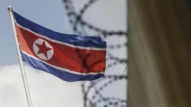 Malasia además ha emitido una orden de arresto para Kim Uk Il, un empleado de la aerolínea norcoreana Air Koryo, quien se cree se encuentra refugiado en la embajada de su país en Kuala Lumpur.