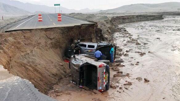 Dos camionetas se volcaron tras colapso de vía.