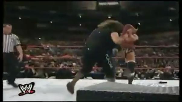 Triple H usa un Pedigree en Mick Foley contra la lona llena de tachuelas