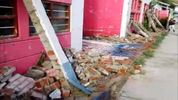 Colapsa pared de colegio por lluvias.