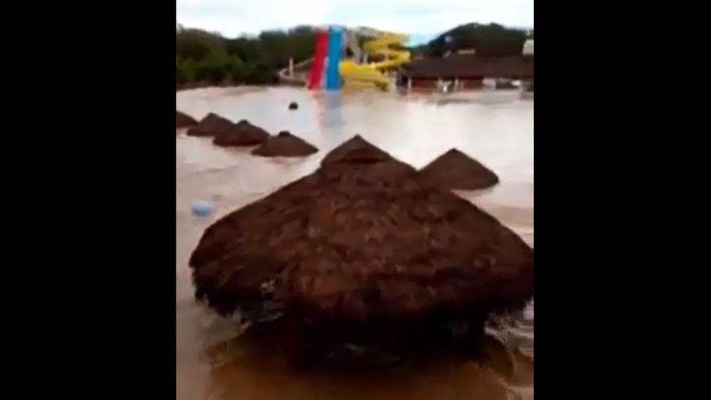 El zoológico La Pirka quedó totalmente cubierto de agua.