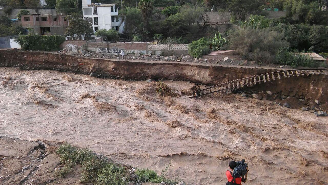Los vecinos también temen la destrucción de la base del puente Los Ángeles, que se ubica a pocos metros de la línea férrea.
