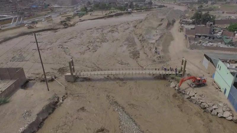 Durante los trabajos de descolmatación un poste de alumbrado público colapsó junto al puente Tambo Río.