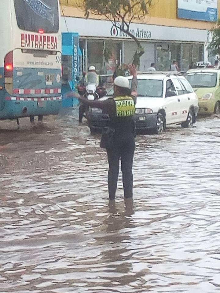 La Policía dirjió el tránsito en la inundación debido al tráfico vehícular que se presentaba en el cruce de estas calles de Trujillo.