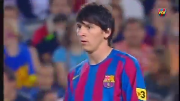 En el video se observa a Lionel Messi cuando utilizaba la camiseta número 30 del Barcelona.
