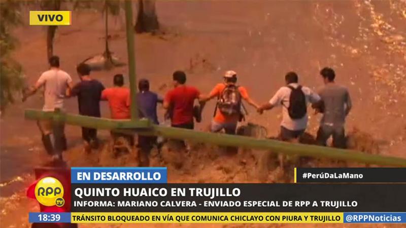 Los vecinos arriesgaron sus vidas para llegar a sus viviendas ubicadas en el centro de Trujillo.