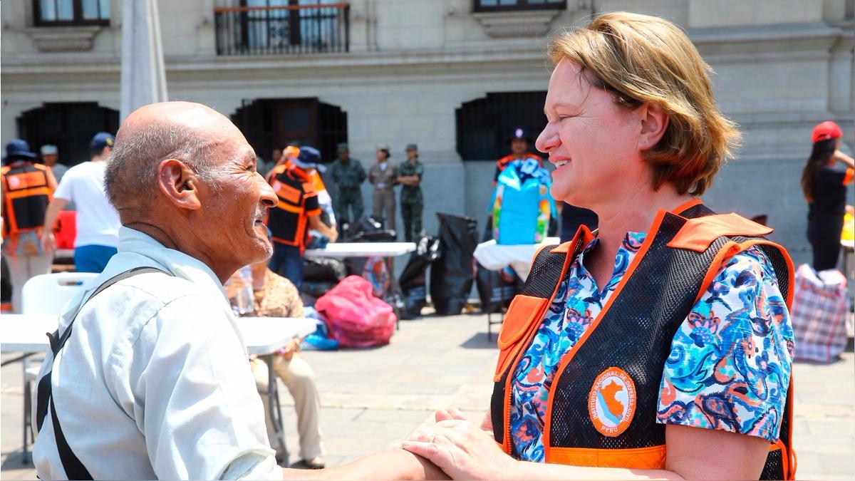 Nancy Lange agradeció personalmente a quienes donaron esta mañana en Palacio de Gobierno.