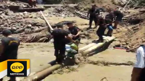 Pobladores tienen que cruzar la vía con ayuda de cuerdas. Autoridades ya se encuentran realizando los trabajos respectivos.