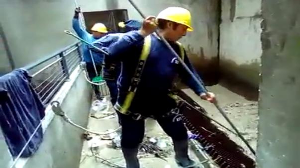 En el video se observa como es que trabajadores de Sedapal sacan toda la basura que pasa por las rendijas de la Atarjea.