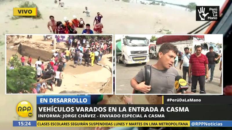 Vehículos y personas varados en la entrada a Casma