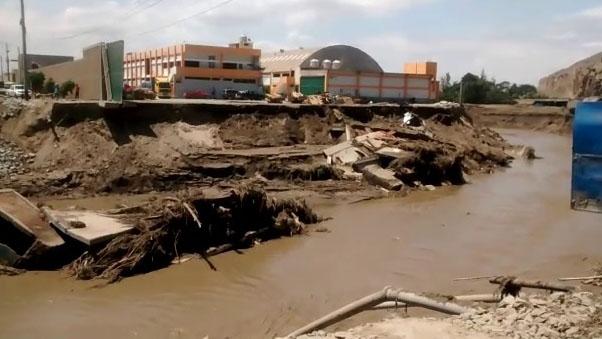 Un tramo de la Panamericana Norte se desplomó por la erosión del río.