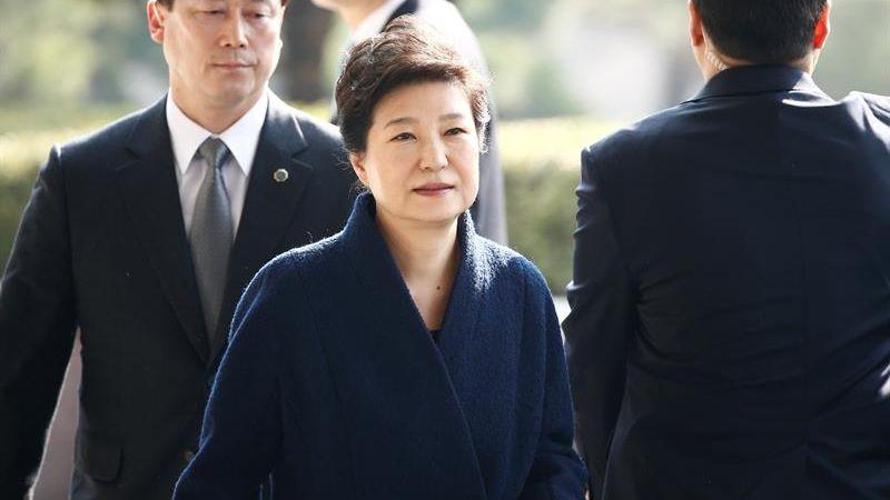 Park perdió su inmunidad presidencial el pasado 10 de marzo cuando el Tribunal Constitucional ratificó su destitución al considerar que confabuló con su amiga, Choi Soon-sil, apodada la 'Rasputina', para extorsionar a grandes empresas.