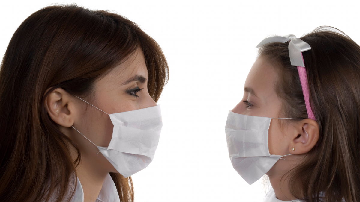 Por los síntomas iniciales, se puede confundir con una gripe estacional. Los antibióticos son el tratamiento ideal.