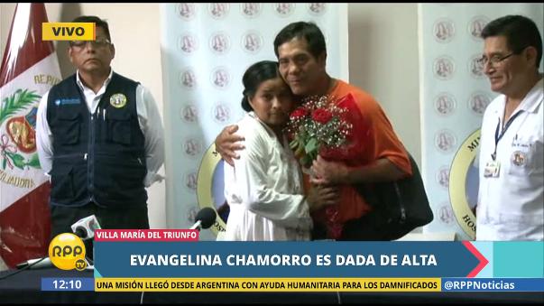 Luego de contar su experiencia por primera vez, Evangelina Chamorro recibió un regalo de su esposo Armando Rivera.