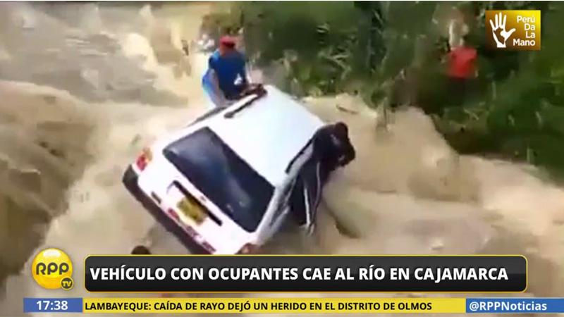 La fuera del agua estuvo a punto de llevarse el vehículo con todos sus pasajeros.