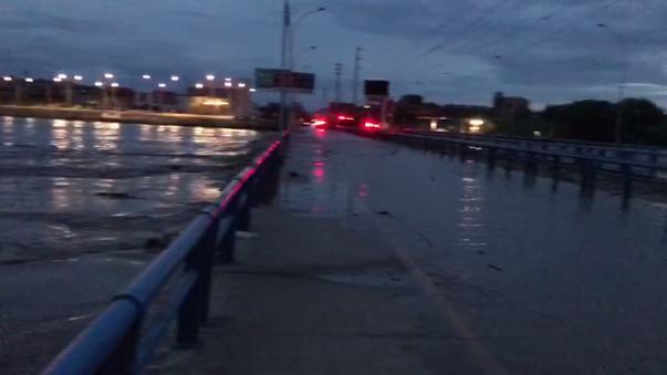 El nivel del agua ya excedió la altura de los principales puentes de Piura.