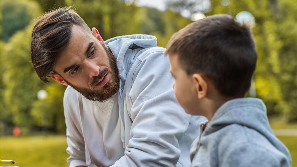 En niños de entre 3 y 5 años, evite dar más información de la solicitada y limítese a responder solo a las preguntas que su hijo le realiza.