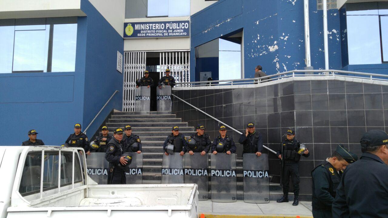 La policía resguarda los exteriores del Ministerio Público, donde se suicidó el asesino.