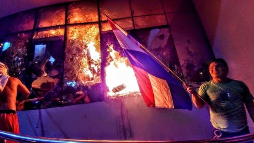 Los manifestantes tomaron el Congreso provocaron destrozos y prendieron fuego en varios ambientes.