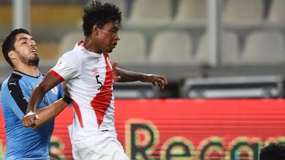 Miguel Araujo controló los ataques de Luis Suárez y Edinson Cavani jugando con la camiseta peruana.