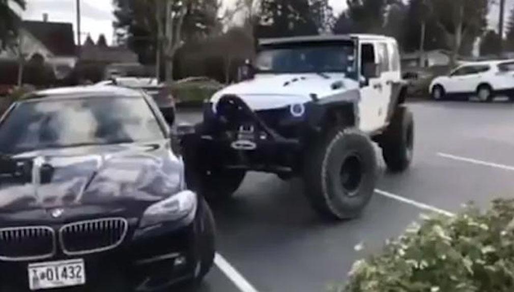 Un furioso conductor estrella su Jeep contra un BMW mal estacionadp