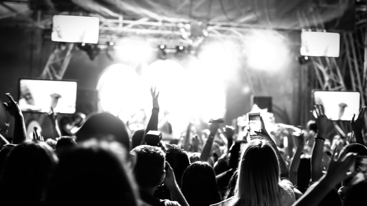 El fanatismo ayuda a muchos jóvenes a socializar con personas que comparten sus mismos intereses, sintiéndose parte de un grupo en el que comparte ideas y que lo hace sentirse acogido.