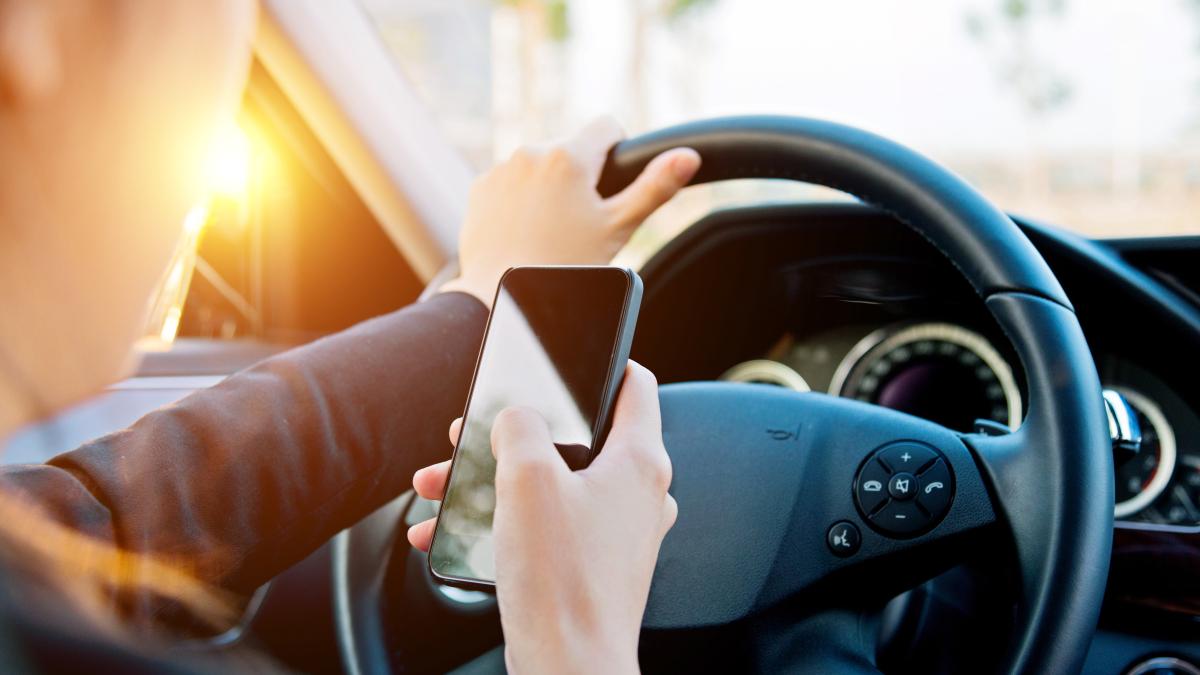 El uso del teléfono celular, tanto por el piloto como por el peatón, es, de acuerdo a este informe, la causa más importante por la cual se han cuadruplicado las muertes de peatones.